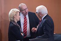 13 JAN 2016, BERLIN/GERMANY:<br /> Ursula von der Leyen (L), SPD, Bundesverteidigungsministerin, und Peter Altmeier (M), CDU, Kanzleramtsminister, Frank-Walter Steinmeier (R), SPD, Bundesaussenminister, im Gespraech, vor Beginn einer Kabinettsitzung, Budneskanzleramt<br /> IMAGE: 20160113-01-009<br /> KEYWORDS: Kabinett, Sitzung, Gespr&auml;ch