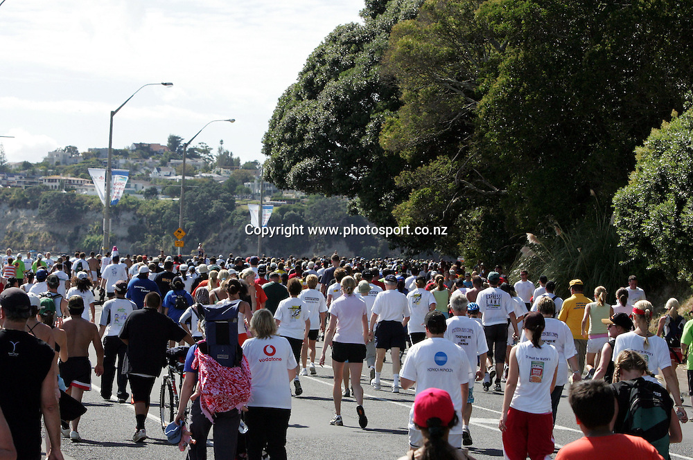 Runners head round teh last bend towards St.Heliers during the Round the Bays run from Auckland city to St. Heliers, Auckland, New Zealand on Sunday 20th March, 2005. Photo: Hannah Johnston/Photosport<br />