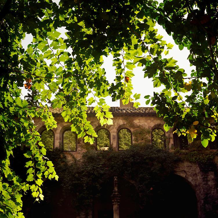 Bernard Teilland, homme d'affaire et amateur d'art, acceuille chaque année une exposition sur ses terres. Il a aussi fait renover le cloitre du XIIe siecle ou Sainte Roseline fut la prieure superieure, Chateau Sainte Roseline, Les Arcs-sur-Argens, France