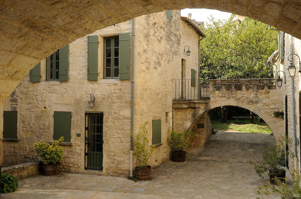 France, Languedoc Roussillon, Gard (30), Uzège, Uzès, cour XVIIeme, rue de l'Êvéché