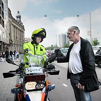 Nederland, Amsterdam , 8 juni 2010..AT5-cameraman Frank Buis naast de nieuwe komende generatie cameramannen en fotografen.