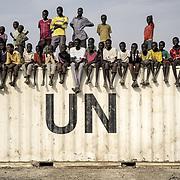 Des hommes de l'ethnie shilluk assistent à un match de football dans le camp de protection des civils de la Mission des Nations Unies au Soudan du Sud, la Minuss, de Malakal.