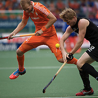 DEN HAAG - Rabobank Hockey World Cup<br /> 30 New Zealand - Netherlands<br /> Foto: Blair Tarrant (black) and Billy Bakker (orange).<br /> COPYRIGHT FRANK UIJLENBROEK FFU PRESS AGENCY