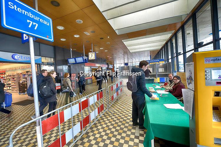 Nederland, Nijmegen, 6-4-2016eferendum over het handelsverdrag van de europese unie met de oekraine. In Nijmegen kan op het station van de NS gestemd worden.The Netherlands, referendum Foto: Flip Franssen/Hollandse Hoogte