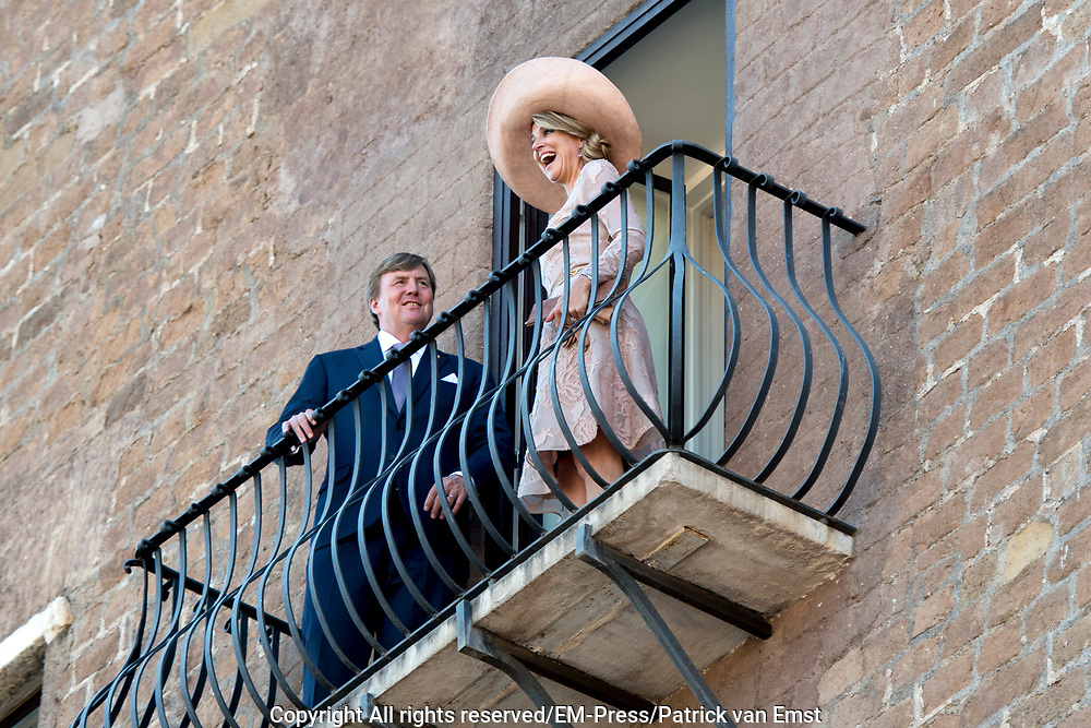 Staatsbezoek van Koning en Koningin aan de Republiek Italie - dag 1 - Rome /// State visit of King and Queen to the Republic of Italy - Day 1 - Rome<br /> <br /> Op de foto / On the photo:  Koning Willem-Alexander en koningin Maxima worden begroet door de burgemeester van Rome, Virginia Raggi, bij de Capitolijn of het Capitool .  Vanaf het balkon kijken ze uit op de Forum Romanum<br /> <br /> King Willem-Alexander and Queen Maxima are greeted by the mayor of Rome, Virginia Raggi, by the Capitol Line or the Capitol. From the balcony they look out over the Roman Forum<br /> <br /> <br /> <br /> King Willem-Alexander and Queen Maxima meet Italy's Italian Prime Minister Paolo Gentiloni during the state visit to Italy with Queen Maxima
