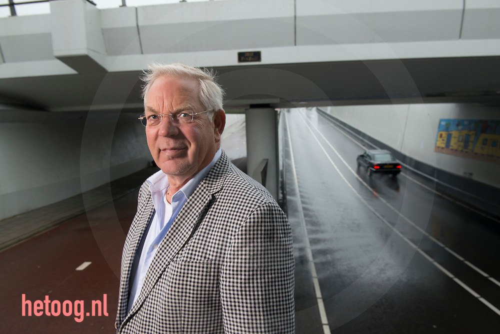 nederland, Rijssen, 09juli2014 Harry Hollering bij de tunnel/ viaduct Veeneslagen zoals in artikel vermeld