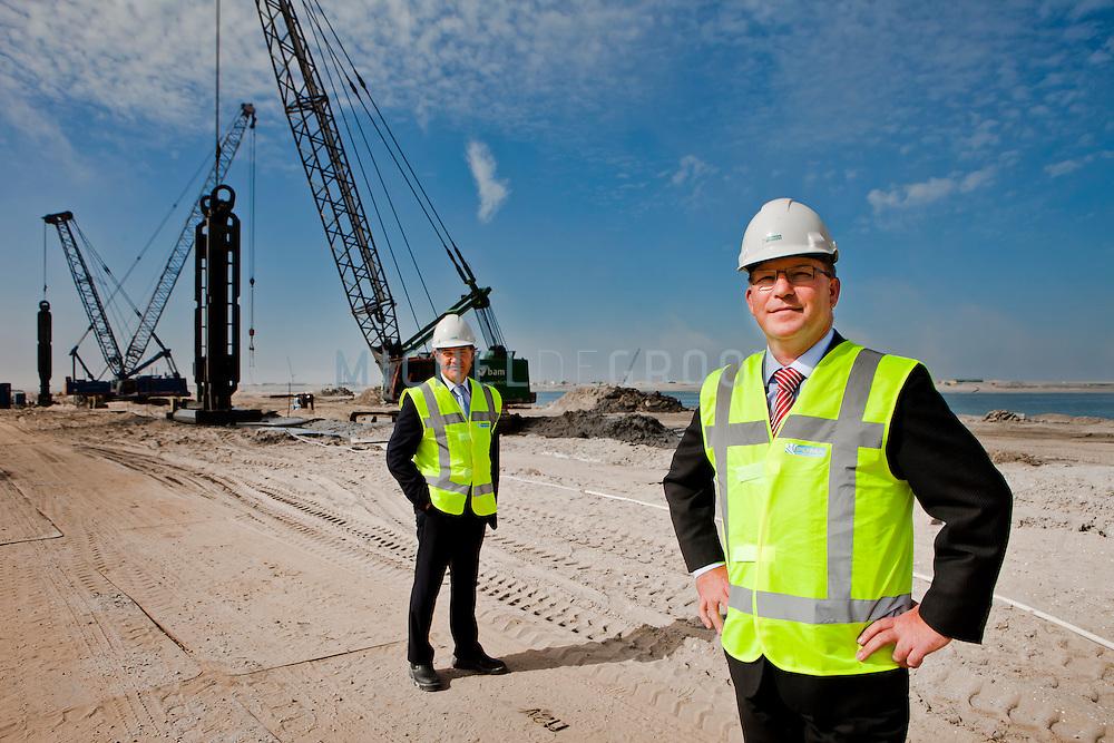 John Verschelden (vertrekkend directeur) en Roelf Buist (nieuwe directeur) van APMT op de locatie op de Maasvlakte 2 waar de nieuwe containerterminal van APTM zal verrijzen.