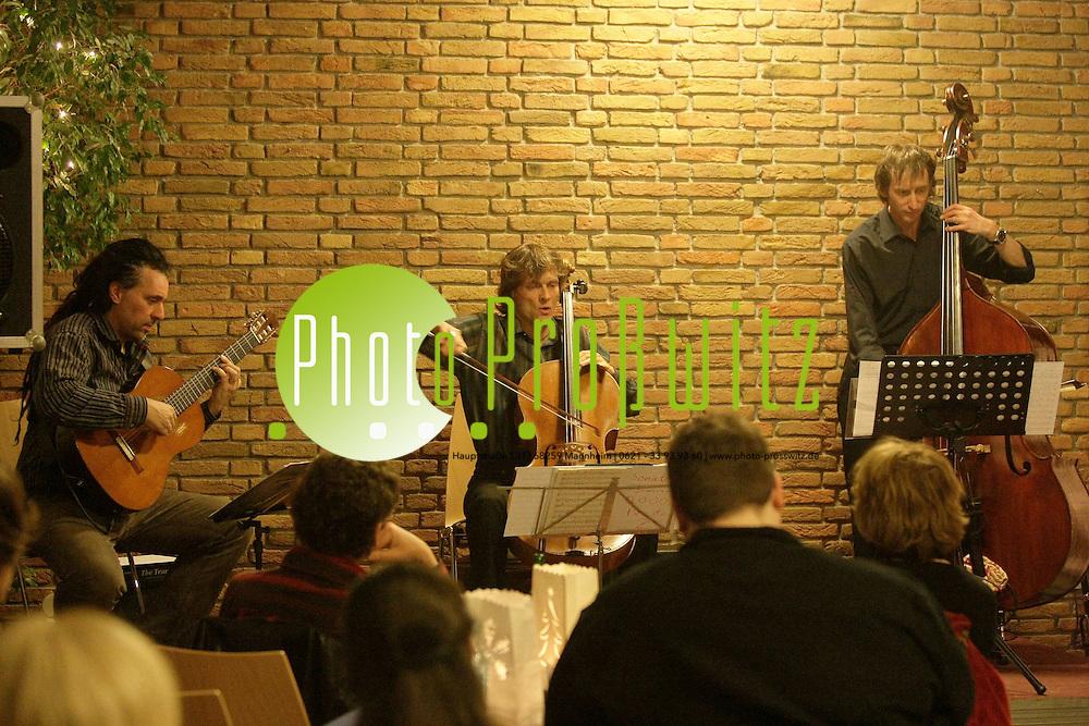 Mannheim. K&permil;fertal. Kulturhaus. Kleiner Nebensaal. Burkard Webers Cello Land. Musik zwischen Jazz, Folk, Klassik und Avantgarde.<br /> Burkard Weber (cello), Alex L&cedil;tzke (Gitarre) und Michael Heise (Kontrabass)<br /> <br /> Bild: Markus Proflwitz / masterpress /   *** Local Caption *** masterpress Mannheim - Pressefotoagentur<br /> Markus Proflwitz<br /> Hauptstrafle 131<br /> 68259 MANNHEIM<br /> +49 621 33 93 93 60<br /> info@masterpress.org<br /> Dresdner Bank<br /> BLZ 67080050 / KTO 0650687000<br /> DE221362249