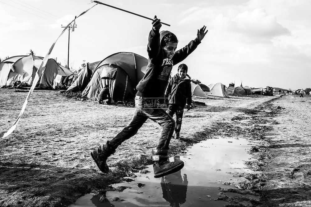 During the Winter 2015/16 more than 15`000 refugees tried the travel to West Europe, but were stopped by closed borders. They set up a provisional camp close to the small village of Idomeni in northern Greece.