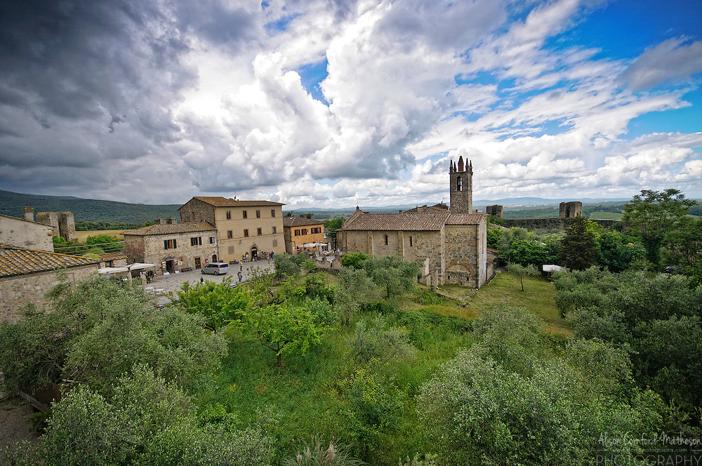 The castle village of Monteriggioni, in Tuscany, Italy For more information, please visit http://cheeseweb.eu/2013/10/wine-food-castle-tour-monteriggioni-siena-tuscany-italy/