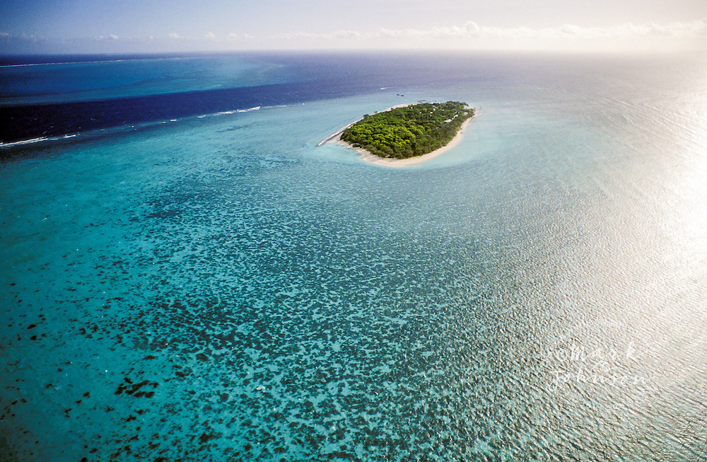 Australia, Queensland, Great Barrier Reef, aerial view of Heron Island