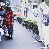 Toluca, Méx.- Ojos incredulos a la publicidad en la avenida Morelos. Agencia MVT / Daniela Bojorquez.