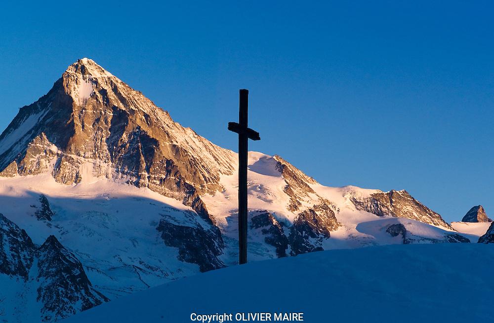 VALAIS - TOURISTE.GLACE HIVER GLACIER .DENT BLANCHE ALPES.CROIX.NEIGE. (PHOTO-GENIC.CH/ OLIVIER MAIRE)