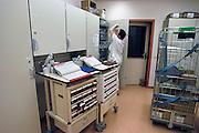 Nederland, Nijmegen, 20-5-2009Op de verpleegpost van een ziekenhuis wordt een infuus klaargemaakt. PatientenzorgFoto: Flip Franssen