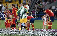 FUSSBALL  EUROPAMEISTERSCHAFT 2012   FINALE Spanien - Italien            01.07.2012 Xabi Alonso (re, Spanien) zeigt seinem Nachwuchs den EM Pokal. Aber auch Fernando Torres (li) Sergio Ramos (2. v.l.) und Torwart Pepe Reina (Mitte, alle Spanien) freuen sich mit ihren Kindern