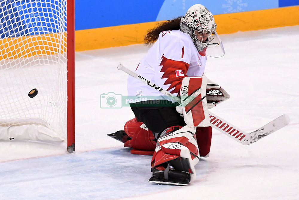 PYEONGCHANG, Feb. 22, 2018  Shannon Szabados of Canada defends the net during women's ice hockey final against the United States at Gangneung Hockey Centre, in Gangneung, South Korea, Feb. 22, 2018. The United States beat Canada in shootout to win the women's ice hockey gold medal at the Winter Olympic Games here on Thursday. (Credit Image: © Ju Huanzong/Xinhua via ZUMA Wire)