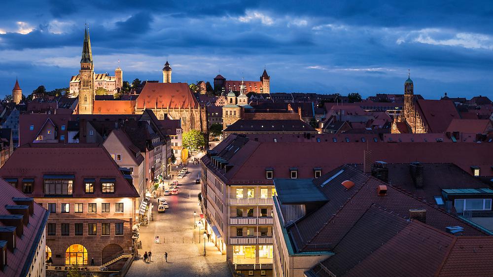 Blick auf die Nürnberger Kaiserburg bei Nacht. Die Kaiserburg ist das Wahrzeichen Nürnbergs. Seit dem Mittelalter repräsentiert ihre Silhouette Macht und Bedeutung des Heiligen Römischen Reichs Deutscher Nation und die herausragende Rolle der Reichsstadt Nürnberg. Die Geschicke der Reichsstadt Nürnberg kontrollierte bis 1794 das Patriziat.