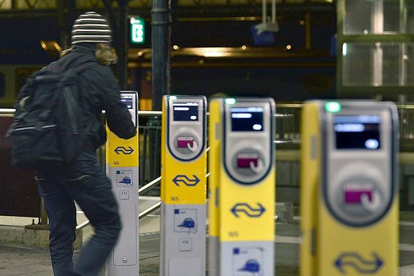 Nederland, Nijmegen, 22-10-2014Passagiers op nijmegen centraal checken in en uit bij de ov palen, terminals.FOTO: FLIP FRANSSEN/ HOLLANDSE HOOGTE
