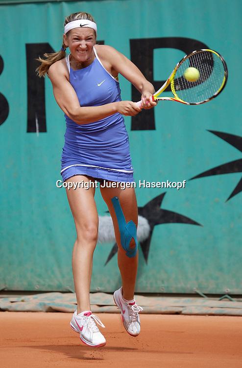 French Open 2009, Roland Garros, Paris, Frankreich,Sport, Tennis, ITF Grand Slam Tournament, <br /> Victoria Azarenka (BLR) springt und spielt eine Rueckhand,backhand,action,Kinesio Tape am Knie.<br /> <br /> Foto: Juergen Hasenkopf