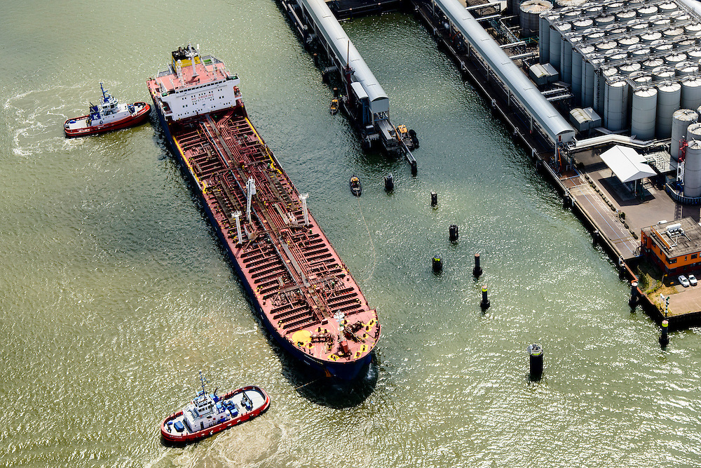 Nederland, Zuid-Holland, Rotterdam, 10-06-2015; Pernis, Vondelingenplaat. Tanker Nordic Pia meert af bij Koole tank terminal, hierbij geassisteerd door twee sleeppboten van Kotug. Eerste Petroleumhaven.<br /> Chemical / oil products tanker moors at  tank terminal, assisted by two tugs. <br /> luchtfoto (toeslag op standard tarieven);<br /> aerial photo (additional fee required);<br /> copyright foto/photo Siebe Swart