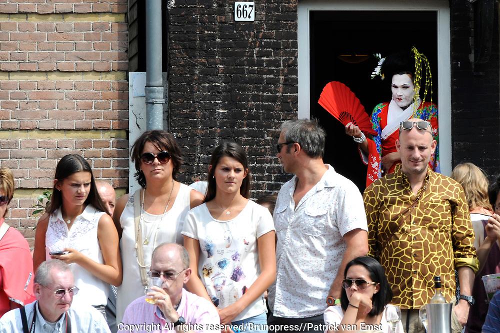 De Canal Parade 2014 - een botenparade over de Amsterdamse grachten en het hoogtepunt van Gay Pride Amsterdam.<br /> <br /> The Canal Parade 2014 - a boat parade on the canals of Amsterdam and the highlight of Gay Pride Amsterdam.<br /> <br /> Op de foto / On the photo: Publiek