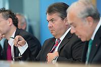 13 MAY 2014, BERLIN/GERMANY:<br /> Sigmar Gabriel, SPD, Bundeswirtschaftsminister, waehrend einer Pressekonferenz zur Vorstellung des OECD Wirtschaftsberichts Deutschland, Bundespressekonferenz<br /> IMAGE: 20140513-01-002