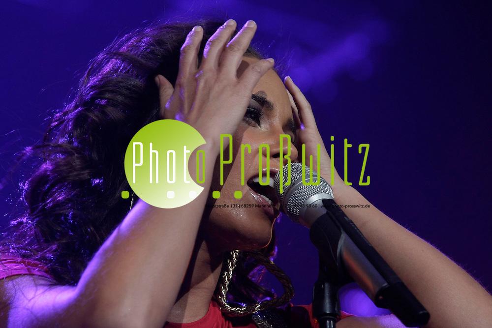 Mannheim. SAP Arena. Auftritt. Alicia Keys <br /> Sie wurde (* 25. Januar 1981[1][2] in Manhattan, New York City; eigentlich Alicia J. Augello-Cook) ist eine US-amerikanische Pop-, Soul- und R&amp;B-S&auml;ngerin, Produzentin, Songwriterin und Schauspielerin. F&uuml;r ihre musikalischen Leistungen erhielt sie bereits elf Grammys.<br /> Am 29. Juli 2008 wurde bekannt, dass Alicia Keys, zusammen mit White-Stripes-Frontman Jack White den Titelsong zum 22. James-Bond-Film Ein Quantum Trost aufnehmen wird. Der Song Another Way to Die ist als Download bereits verf&uuml;gbar und wird auch Teil des offiziellen Filmsoundtracks und einer erweiterten Version ihres letzten Albums As I Am sein.<br /> <br /> <br /> Bild: Markus Pro&szlig;witz<br /> <br /> ++++ Archivbilder und weitere Motive finden Sie auch in unserem OnlineArchiv. www.masterpress.org ++++