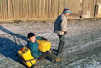 Mongolie. Ulaan Batar (Oulan Bator).  Quartier des yourt. Corvé d'eau. // Mongolia. Ulaan Batar suburb. Yourt area. Water supply.