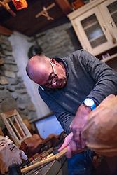 THEMENBILD - ein Mann schnitzt eine Krampusmaske aus Zirbenholz, aufgenommen am 03. Dezember 2017, Kaprun, Österreich // a man carves a Krampus mask of pine wood on 2017/12/03, Kaprun, Austria. EXPA Pictures © 2017, PhotoCredit: EXPA/ Stefanie Oberhauser