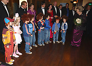 Premiere film Pluk van de Petteflet. De foto toont <br /> <br /> Koningin Beatrix, die de cast begroet<br /> <br /> Ook op de foto Suzanne Zuiderwijk