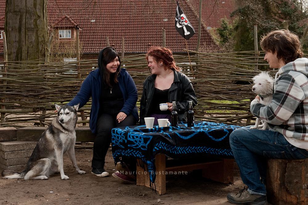 Asel, Nadine und Ansgar (von links) im Innenhof am Holstenkamp. Nicht nur der Zusammenhalt, sondern<br /> auch der ORT ist wichtig für den Erfolg ihres Projekts. Die Holstenpunx hoffen, dass sie hierbleiben k&ouml;nnen. &bdquo;Für<br /> uns eine normale Wohnung finden, das kannst du vergessen&ldquo;, sagt Ansgar.