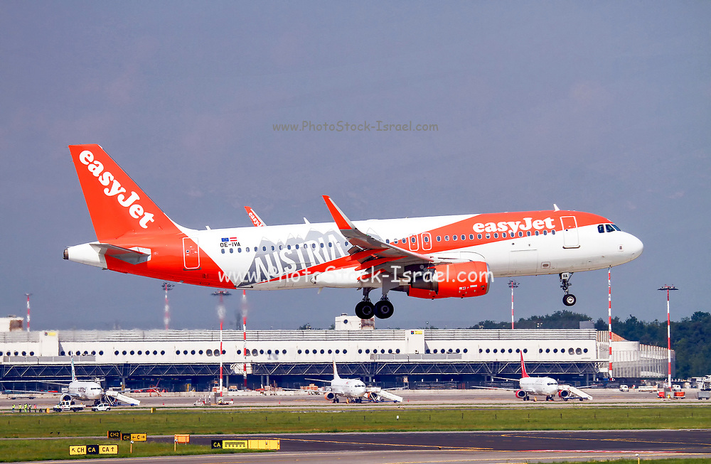"""EasyJet Europe, Airbus A320-214 (OE-IVA) painted in """"Austria"""" special colours at Malpensa (MXP / LIMC), Milan, Italy"""
