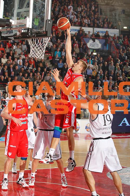 DESCRIZIONE : Varese Campionato Lega A 2011-12 Cimberio Varese Canadian Solar Virtus Bologna<br /> GIOCATORE : Janar Talts<br /> CATEGORIA : Tiro<br /> SQUADRA : Cimberio Varese<br /> EVENTO : Campionato Lega A 2011-2012<br /> GARA : Cimberio Varese Canadian Solar Virtus Bologna<br /> DATA : 04/03/2012<br /> SPORT : Pallacanestro<br /> AUTORE : Agenzia Ciamillo-Castoria/G.Cottini<br /> Galleria : Lega Basket A 2011-2012<br /> Fotonotizia : Varese Campionato Lega A 2011-12 Cimberio Varese Canadian Solar Virtus Bologna<br /> Predefinita :