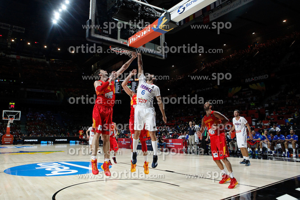 10.09.2014, Palacio de los deportes, Madrid, ESP, FIBA WM, Frankreich vs Spanien, Viertelfinale, im Bild Spain´s Pau Gasol and Navarro and France´s Diot // during FIBA Basketball World Cup Spain 2014 Quarter-Final match between France and Spain at the Palacio de los deportes in Madrid, Spain on 2014/09/10. EXPA Pictures © 2014, PhotoCredit: EXPA/ Alterphotos/ Victor Blanco<br /> <br /> *****ATTENTION - OUT of ESP, SUI*****