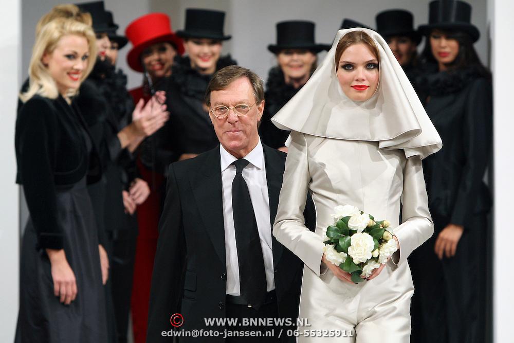 NLD/Amsterdam/20070909 - Modeshow Frans Molenaar najaar 2007, mannequin op de catwalk, bruid, Kim Feenstra met Frans Molenaar