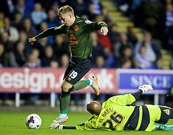 READING, ENGLAND - Tuesday, September 22, 2015: Everton's Gerard Deulofeu in action against Reading's goalkeeper Ali Al Habsi during the Football League Cup 3rd Round match at the Madejski Stadium. (Pic by David Rawcliffe/Propaganda)