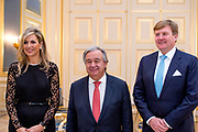 Koning Willem-Alexander en koningin Maxima ontvangen secretaris-generaal van de Verenigde Naties Antonio Guterres voor een diner op Paleis Noordeinde. Aanleiding voor het bezoek van Guterres is de sluitingsceremonie van het Joegoslavietribunaal van de Verenigde Naties (ICTY, The International Criminal Tribunal for the former Yugoslavia). <br /> <br /> King Willem-Alexander and Queen Maxima receive Secretary-General of the United Nations Antonio Guterres for a dinner at Noordeinde Palace. The reason for the visit of Guterres is the closing ceremony of the Yugoslavia Tribunal of the United Nations (ICTY, The International Criminal Tribunal for the former Yugoslavia).<br /> <br /> Op de foto / On the photo:  Koning Willem-Alexander , koningin Maxima ontvangen en secretaris-generaal van de Verenigde Naties Antonio Guterres <br /> <br /> King Willem-Alexander, Queen Maxima and Secretary-General of the United Nations Antonio Guterres