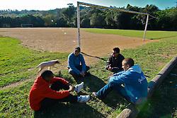 Um grupo de rapazes conversa na tarde deste 16 de jnunho, no campo onde o jogador Ronaldinho Gaucho começou a jogar futebol, no bairro Guaruja, em Porto Alegre, sul do Brasil. FOTO: Jefferson Bernardes/Preview.com