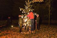 Nederland, Den Bosch, 20161105.<br /> Zielen in Gedachten op begraafplaats Orthen in Den Bosch.<br /> Een boom waarin mensen witte zakdoekjes hangen is symbool voor het gemis van alle vluchtelingen die hun geliefden achterlieten en ter herdenking aan de slachtoffers van terroristische aanslagen.<br /> Zielen in Gedachten is een jaarlijkse herdenkingsbijeenkomst voor iedereen die hun overledenen in een sfeervolle, ingetogen omgeving wil gedenken. Een sfeervol uitgelichte route voert langs muziek, rituelen, beelden, verhalen en po&euml;zie op begraafplaats Orthen<br /> <br /> Netherlands, Den Bosch, 20161105.<br /> Souls in Thoughts on cemetery Orthen in Den Bosch. <br /> Souls in Thoughts is an annual commemoration for all who their dead in a stylish, understated surroundings will remember. An atmospheric highlighted route goes past music, rituals, images, stories and poetry on cemetery Orthen