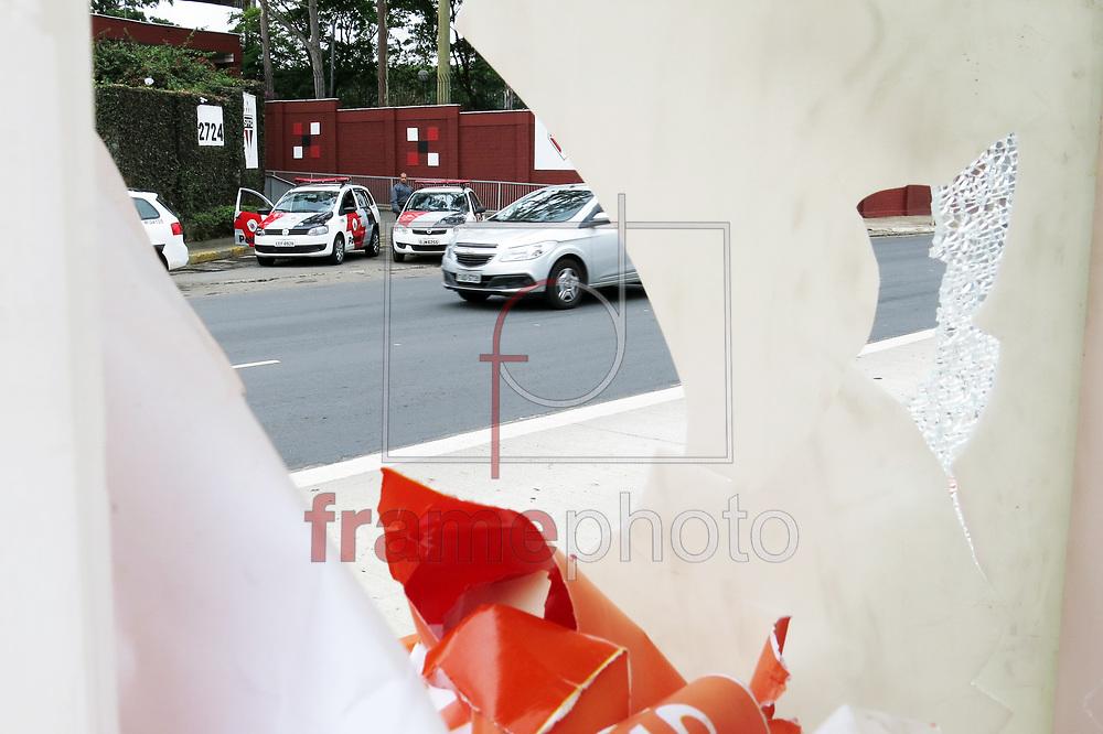 Moradores da comunidade Agua Branca, na zona oeste da capital que fica ao lado do Centro de Treinamento  do São Paulo FC, fizeram um protesto na noite da ultima segunda-feira 20/10. Protesto causado por um confronto com a Policia, que seguiu para Marques de São Vicente altura do 2724,  onde varias placas de propagandas foram destruidas, a policia continua no local - Foto Marcelo D'Sants/Frame.