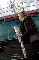 Photo: Jed Wee.<br />Tranmere Rovers v Swansea City. Coca Cola League 1.<br />26/11/2005.<br />A fan pays tribute to George Best at Old Trafford