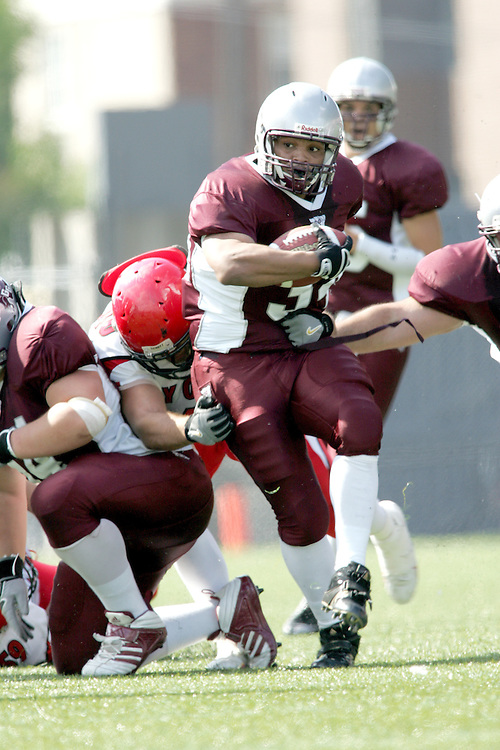 (22/09//2007--Ottawa) University of Ottawa Gees Gees men's football team defeating the York University Yoeman 53-14. The player photographed in action is davie mason
