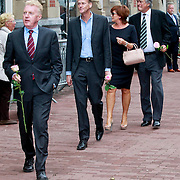 NLD/Amsterdam/20110722 - Afscheidsdienst voor John Kraaijkamp, Andre van Duin en partner Martin Elferink op de achtergrond Ron Brandsteder en partner Yvonne Baggen