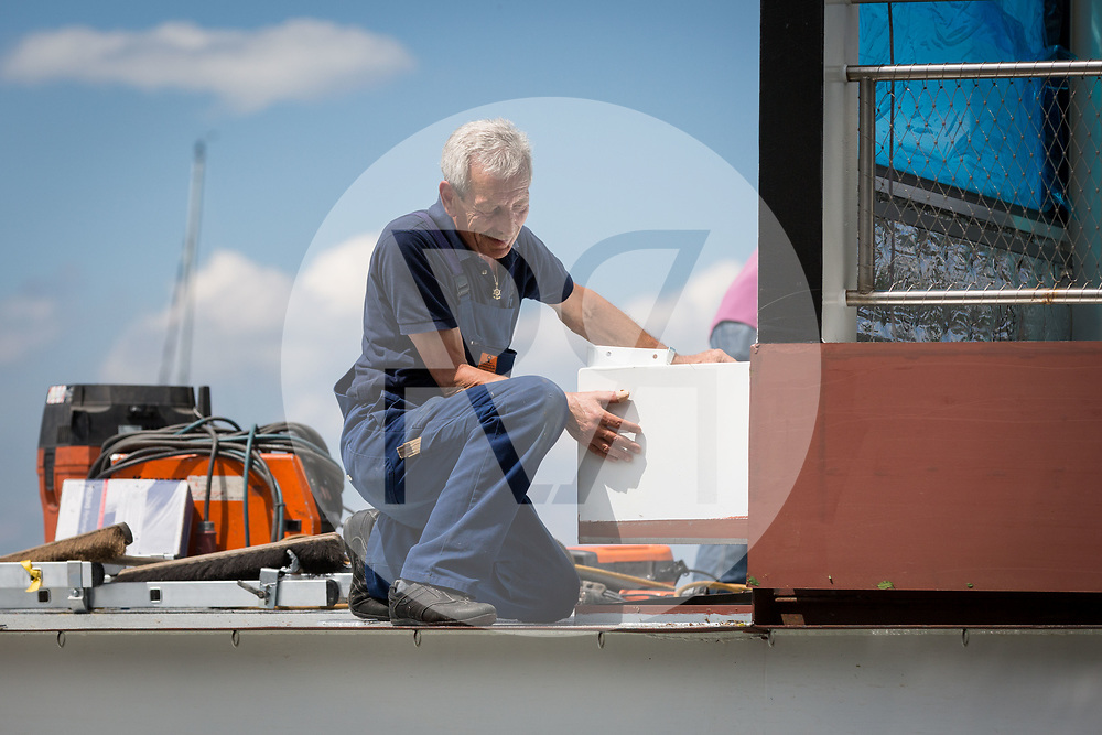 SCHWEIZ - MEISTERSCHWANDEN - Transport und Einwasserung der MS 2018 an den Hallwilersee, hier kontrolliert Fritz Häusermann, SGH-Kapitän, dass das Oberdeck genau auf den Rumpf abgesetzt wird - 24. Mai 2018 © Raphael Hünerfauth - http://huenerfauth.ch