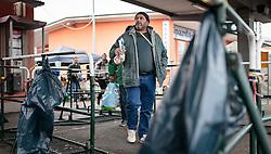 14.10.2015, Bahnhof, Freilassing,GER, Flüchtlingskrise in der EU, im Bild Flüchtlinge warten auf dem Bahnsteig auf den Sonderzug // Refugees wait on the platform for the special train, Railway Station, Freilassing, Germany on 2015/10/14. EXPA Pictures © 2015, PhotoCredit: EXPA/ JFK