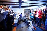 HAARZUILENS - In restaurant 't Wapen werd de DVD box gepresenteerd van 'Kunt u me de weg naar Hamelen vertellen, meneer?'. Met op de foto Loeki Knol, Margreet Heemskerk en Stanley Stokkermans samen met het Hamelen koor. FOTO LEVIN DEN BOER - PERSFOTO.NU