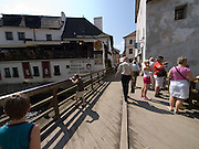 Cesky Krumlov, Krumau/Tschechische Republik, Tschechien, CZE, 26.07.2008: Brücke über die Moldau in der Altstadt von Cesky Krumlov (Böhmisch Krumau/ Krumau) . Die Hochschätzung dieses Ortes durch inländische und ausländische Experten führte allmählich zur Aufnahme in die höchste Stufe des Denkmalschutzes. Im Jahre 1963 wurde die Stadt zum Stadtdenkmalschutzgebiet erklärt, im Jahre 1989 wurde das Schloßareal zum nationalen Kulturdenkmal erklärt und im Jahre 1992 wurde der ganze historische Komplex ins Verzeichnis der Denkmäler des Kultur- und Naturwelterbes der UNESCO aufgenommen.<br /> <br /> Cesky Krumlov/Czech Republic, CZE, 26.07.2008: Bridge across the Vltava River (Moldau) in the oldtown of Cesky Krumlov, with its architectural standard, cultural tradition, and expanse, ranks among the most important historic sights in the central European region. Building development from the 14th to 19th centuries is well-preserved in the original groundplan layout, material structure, interior installation and architectural detail. Situated on the banks of the Vltava river, the town was built around a 13th-century castle with Gothic, Renaissance and Baroque elements. It is an outstanding example of a small central European medieval town whose architectural heritage has remained intact thanks to its peaceful evolution over more than five centuries.
