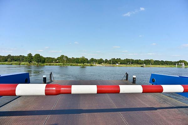 Nederland, Afferden, 27-8-2014 De pont over de Maas tussen de dorpen, rivierdorpen, Afferden in Limburg en Vortum Mullum bij Boxmeer in Noord-Brabant. FOTO: FLIP FRANSSEN/ HOLLANDSE HOOGTE