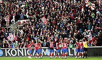 Fotball<br /> Tippeligaen Eliteserien<br /> 26.10.08<br /> Ullevaal Stadion<br /> FC Lyn Oslo - Aalesund AaFK<br /> Spillere og supportere - Bastionen - jubler for seier etter kampen<br /> Foto - Kasper Wikestad