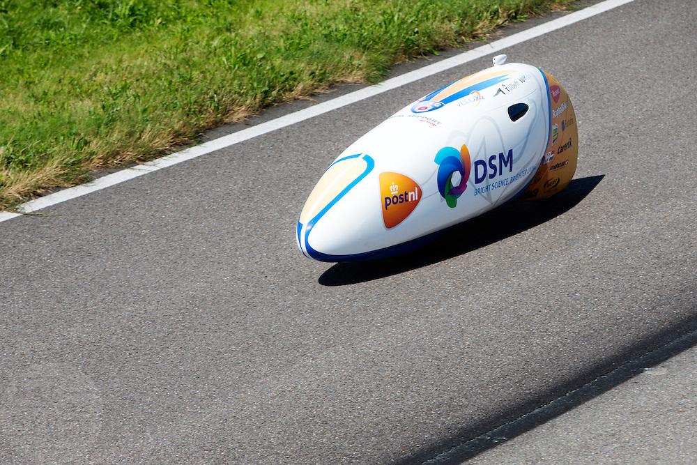 Het Human Power Team Delft en Amsterdam, bestaande uit studenten van de TU Delft en de VU Amsterdam, trainen op de RDW baan in Lelystad voor de laatste keer voor de recordpoging. In september wil het team met Jan Bos en Sebastiaan Bowier het snelheidsrecord op de fiets te verbreken. Dat record staat nu op 133 km/h.<br /> <br /> Human Power Team Delft and Amsterdam are having the last training for the record attempt in Battle Mountain (USA) at the RDW test track in Lelystad. The team will try to break the world speed record with a human powered vehicle with riders Jan Bos and Sebastiaan Bowier. The record is now at 133 km/h.
